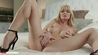 Solo wife enjoys her new toy in front of a difficulty camera